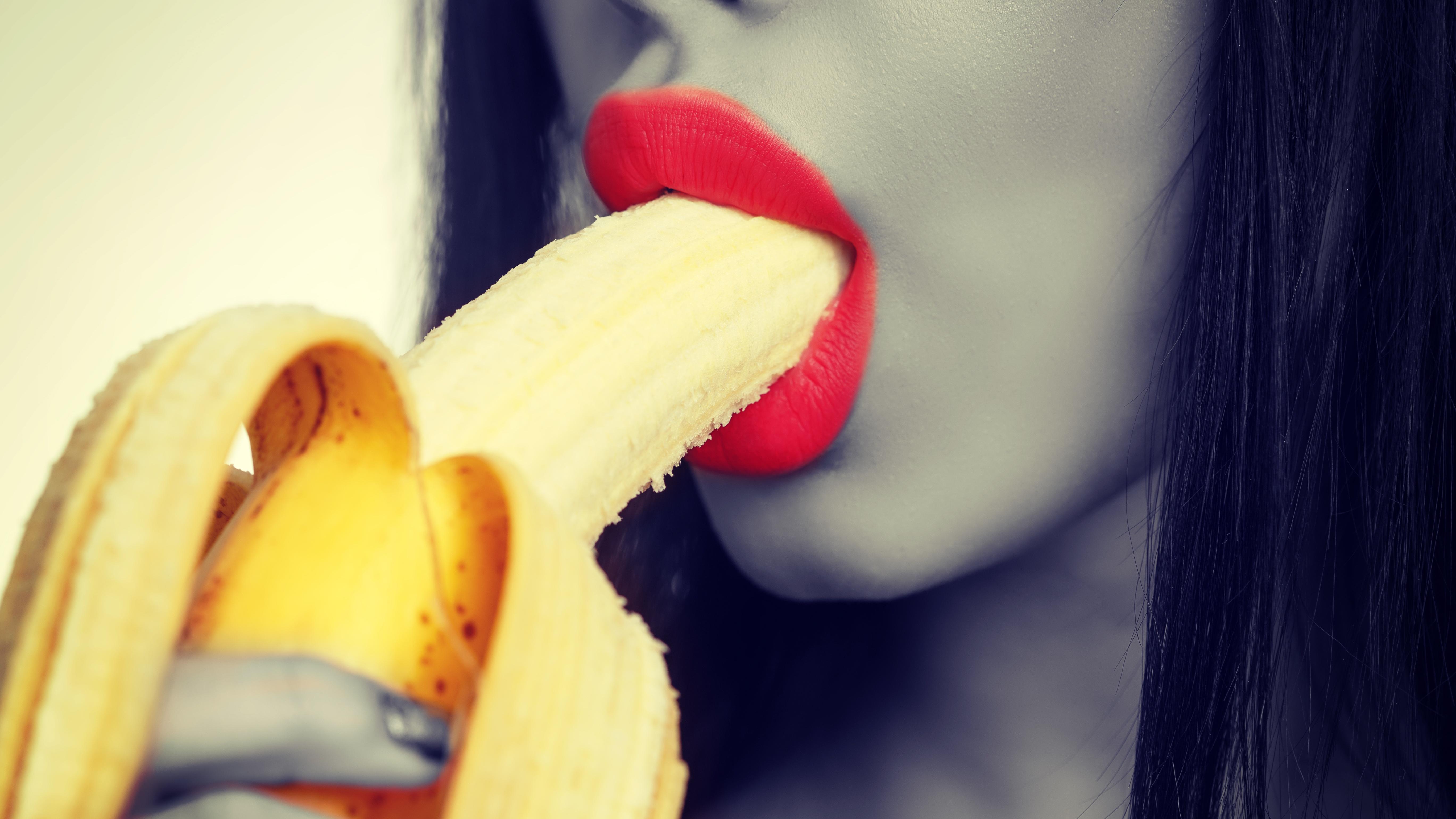 women-using-banana-for-sex